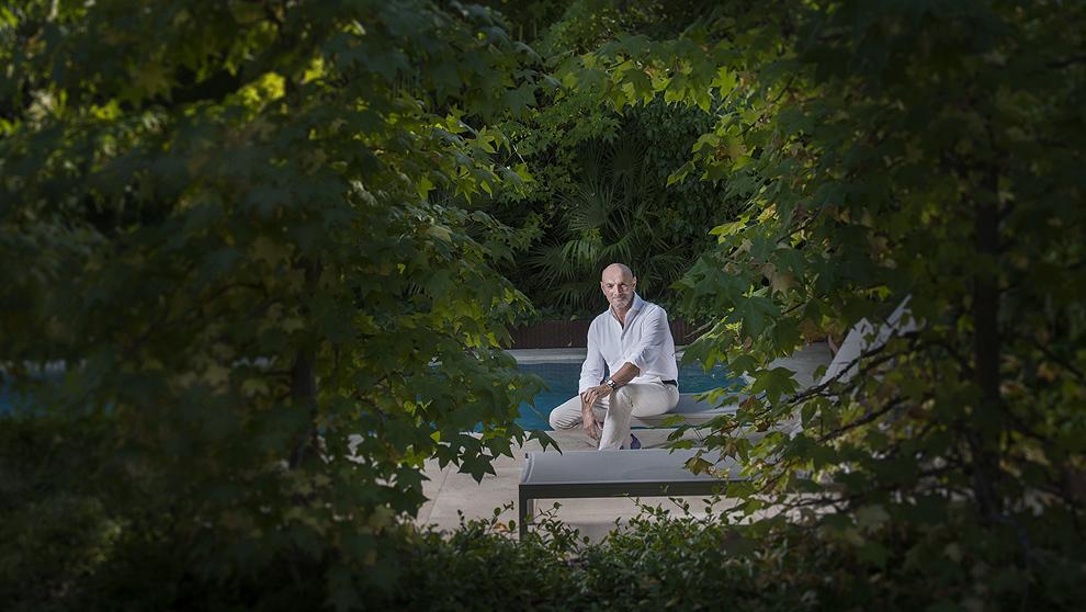 Jesús Ibáñez, 55 años, en el jardín de su casa estudio de...