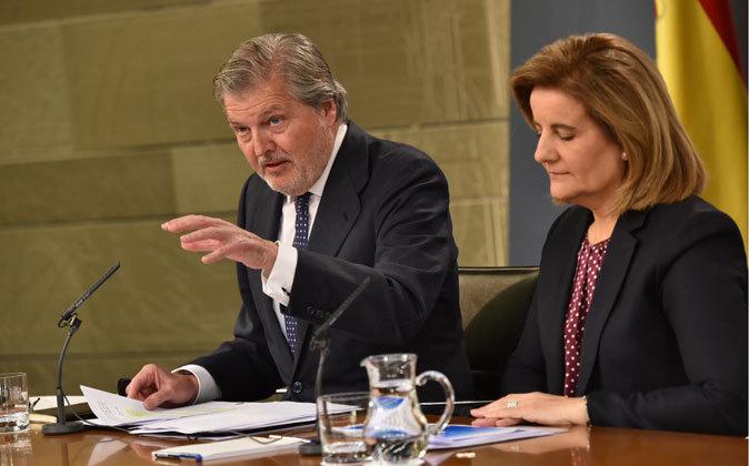 El portavoz del Gobierno, Íñigo Méndez de Vigo, y la titular de...