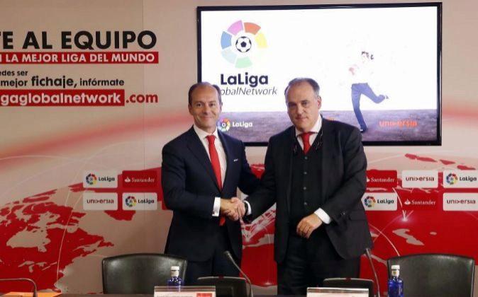 Rami Aboukhair, director general de Banco Santander, con Javier Tebas,...