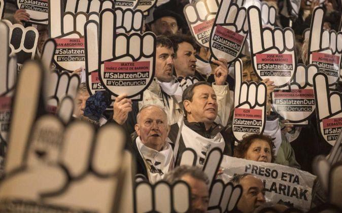 Miles de personas han participado en la manifestación en Bilbao.