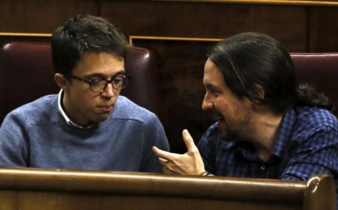 El secretario general de Podemos, Pablo Iglesias (d), y el secretario...