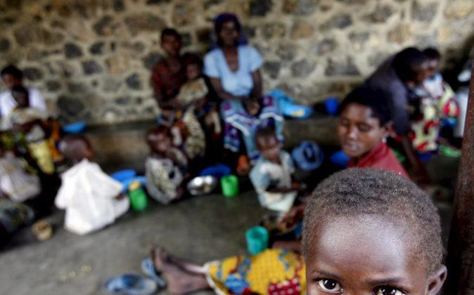Niños malnutridos y sus madres esperan a ser atendidos en el centro...