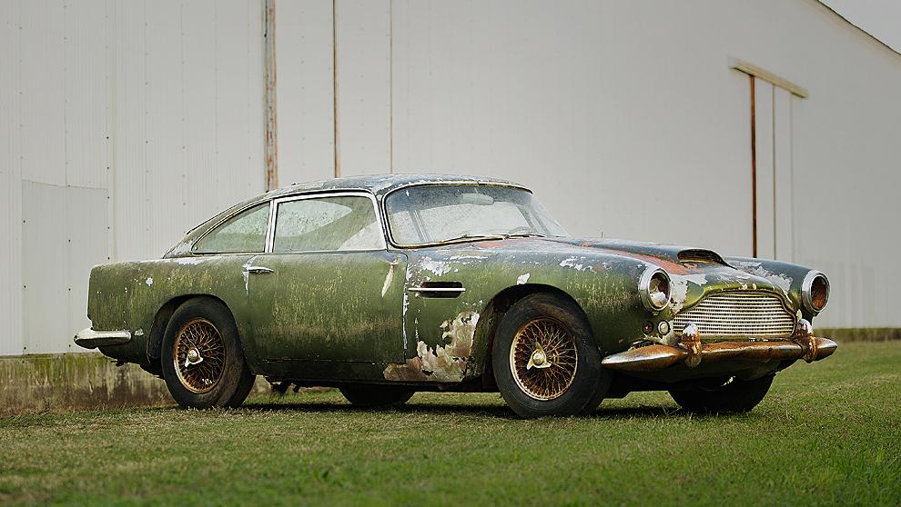 En la carrocería del Aston Martin DB4 son visibles los estragos del...