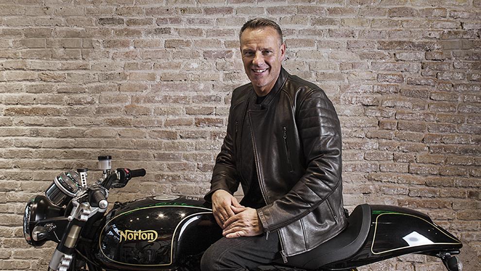 El británico Stuart Garner, 48 años, sobre una moto de la firma...