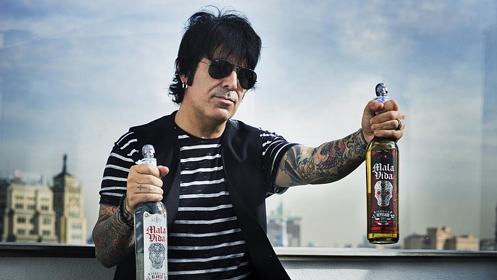 El batería de Maná, 47 años, en la azotea del hotel 'Me Madrid...