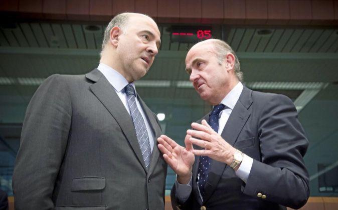 Pierre Moscovici junto a Luis de Guindos.