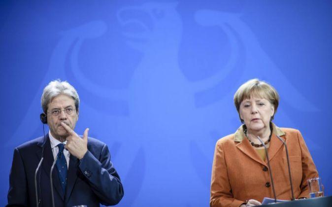 Angela Merkel y el primer ministro italiano, Paolo Gentiloni, hoy en...
