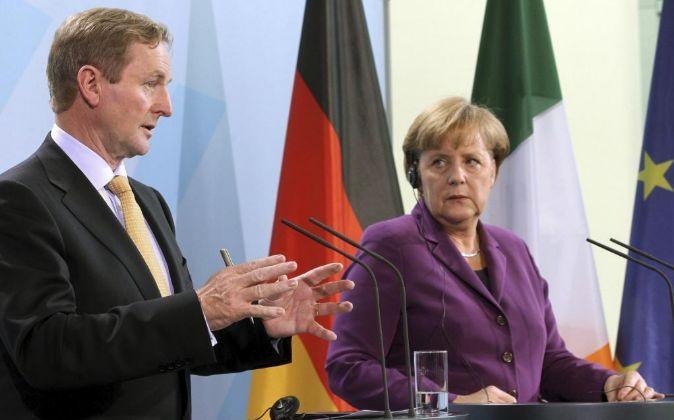 La canciller alemana Ángela Merkel (d) mira al primer ministro...