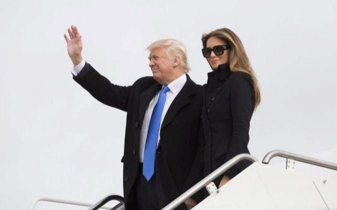 El presidente electo estadounidense, Donald Trump, y su mujer,...
