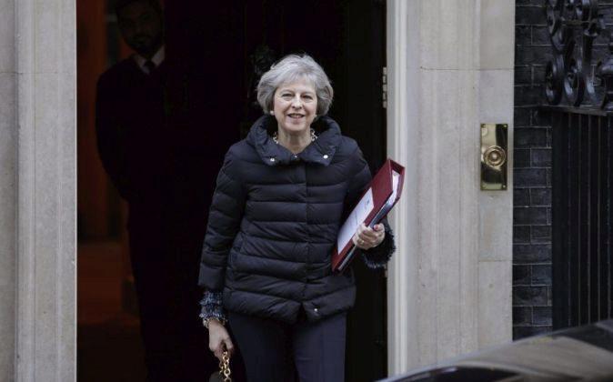 La primera ministra británica, Theresa May, en el número 10 de...