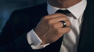 El anillo, hecho de titanio, tiene forma de alianza. Está disponible...