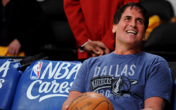 Mark Cuban durante un partido de baloncesto de los Dallas Mavericks,...