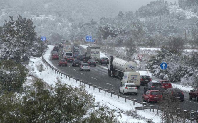 Retenciones de tráfico causadas por la nevada.