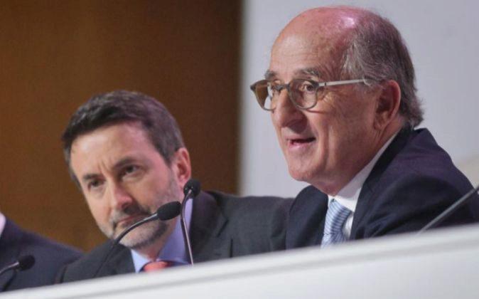 El presidente de Repsol, Antonio Brufau (d), y el consejero delegado...