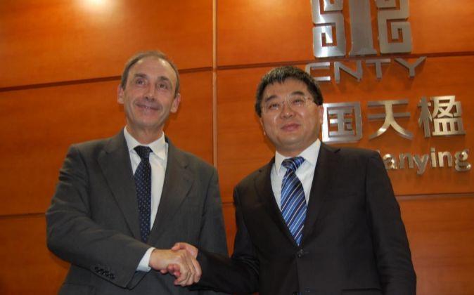 El CEO de Urbaser, José María López, y Yan Shengjun, presidente de...