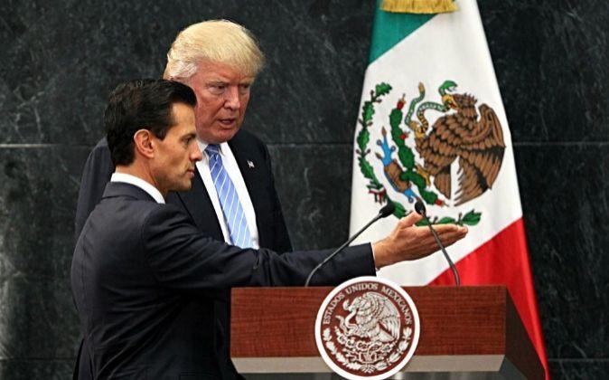 El presidente de México, Enrique Peña Nieto (i), junto a su...