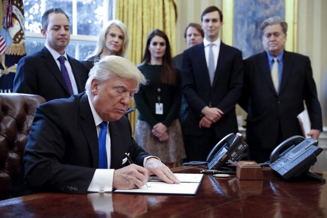 El presidente de EEUU, Donald Trump durante la firma de dos órdenes...