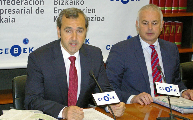 El presidente de Cebek, Iñaki Garcinuño (izq), junto al secretario...