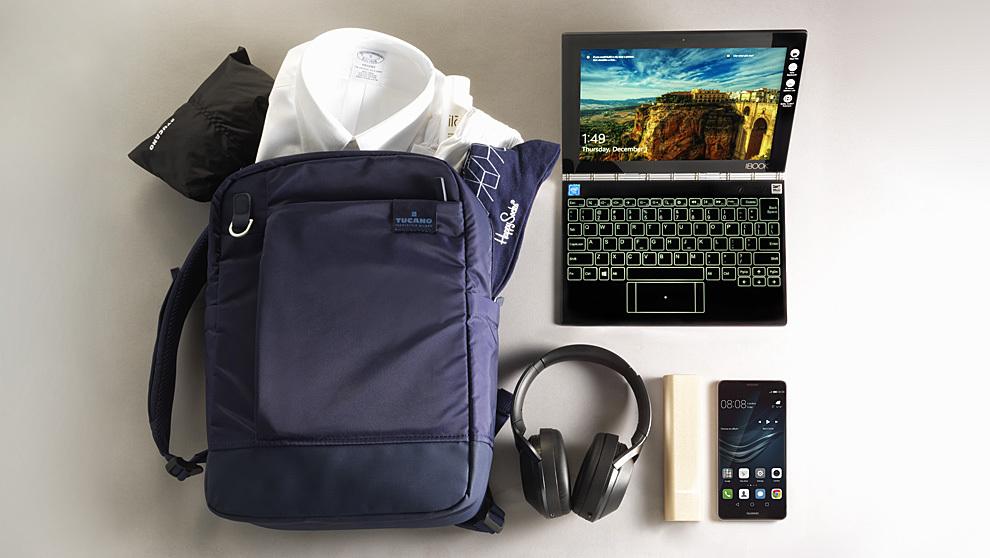 En la imagen: mochila Agio de Tucano con funda incluida (59.90 euros),...