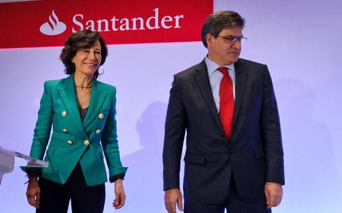 La presidenta del Banco Santander, Ana Patricia Botín y el consejero...