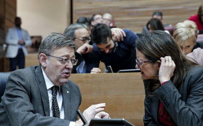 El presidente de la Generalitat valenciana, Ximo Puig, conversa con la...