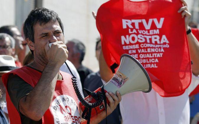 Trabajadores de Canal 9 realizan una protesta en el exterior de la...