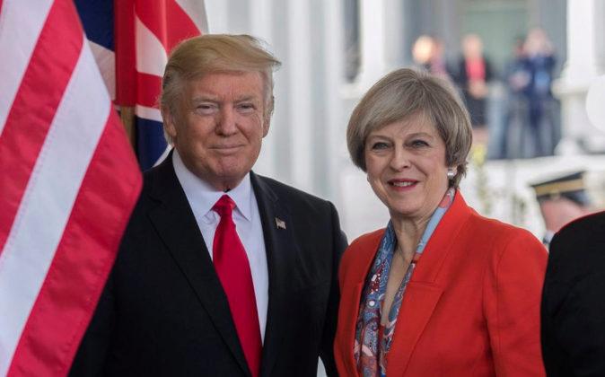 El presidente de EEUU, Donald Trump, junto a la primera ministra...
