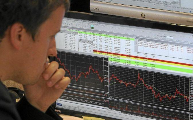 Un bróker mira el comportamiento de las Bolsas.