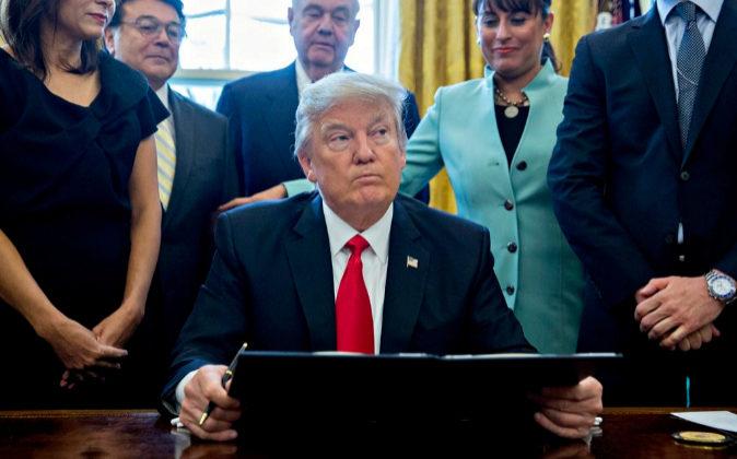 El presidente de EEUU, donald Trump, este lunes en el despacho Oval.