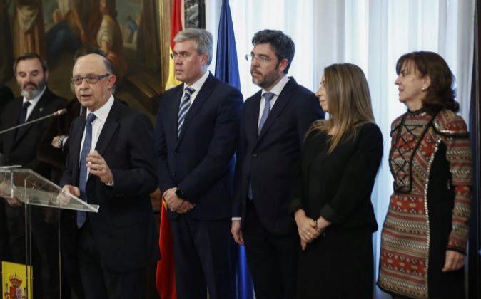 El ministro de Hacienda y Función Pública, Cristobal Montoro (2i),...
