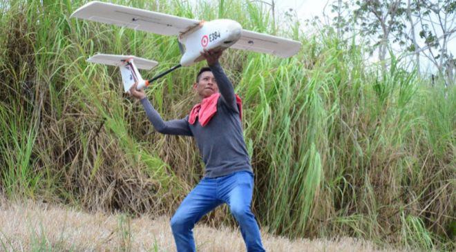 Un panameño aprende a manejar un dron para cuidar los bosques de su...