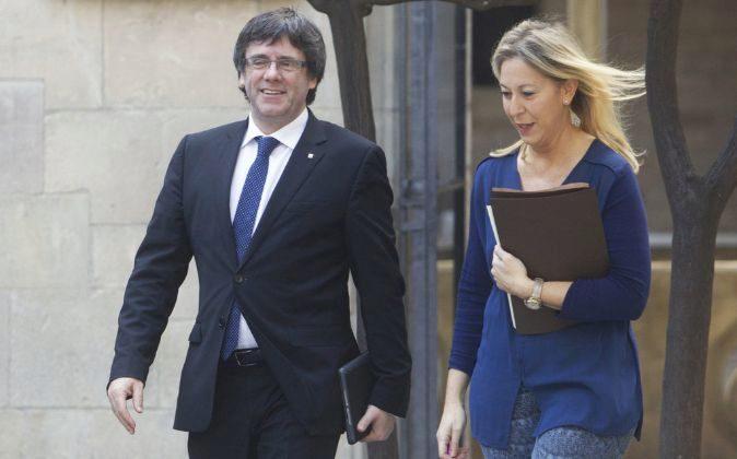 El presidente de la Generalitat, Carles Puigdemont, junto a la...