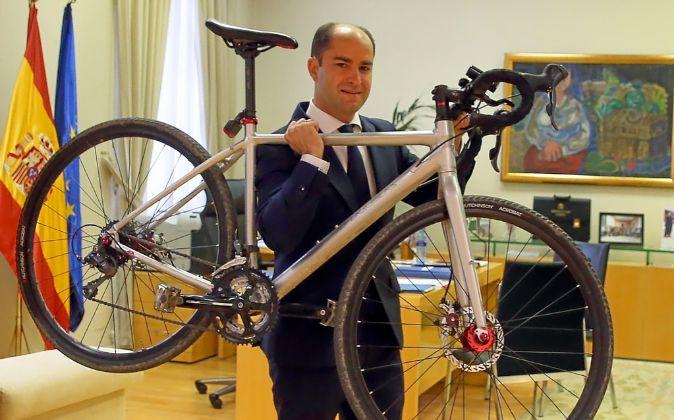 Juan Pablo Riesgo, Secretario de Estado de Empleo, con la bici en su...
