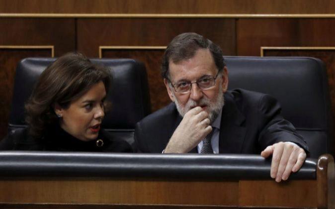 El presidente del Gobierno, Mariano Rajoy, y la vicepresidenta, Soraya...