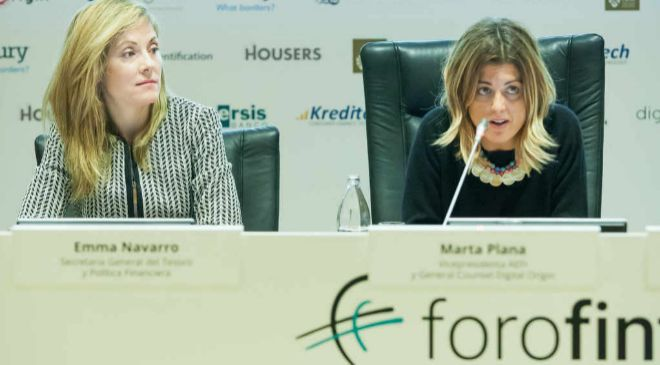 A la izquierda, Emma Navarro, secretaria general del Tesoro y...