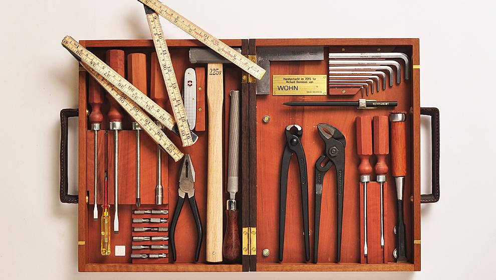 Con 25 herramientas incluidas, el maletín está diseñado con madera...