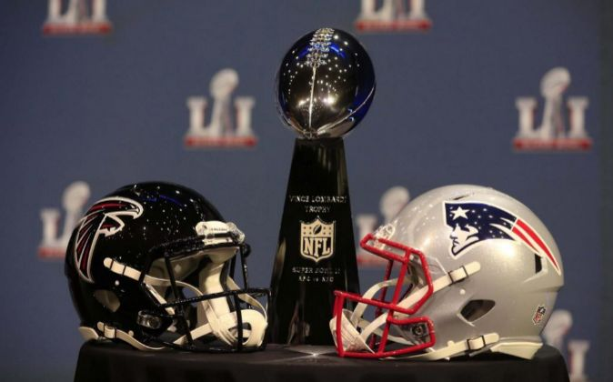 Los cascos de los Atlanta Falcons y los New England Patriots, los...