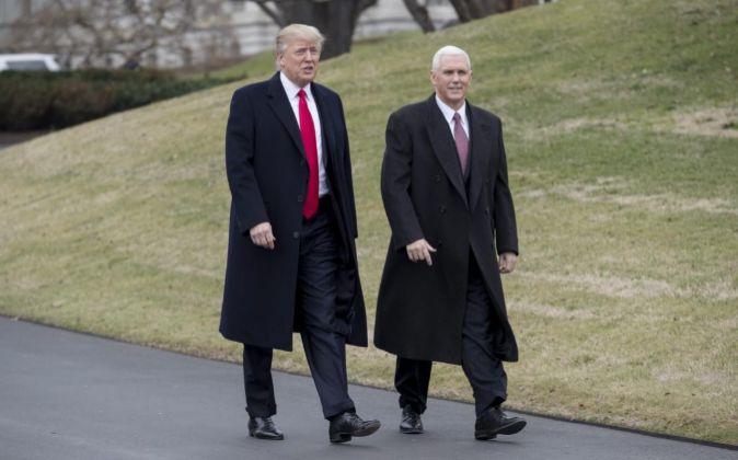 El presidente estadounidense, Donald Trump (i), y el vicepresidente...