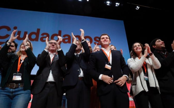 El presidente de Ciudadanos, Albert Rivera (3d), junto al secretario...