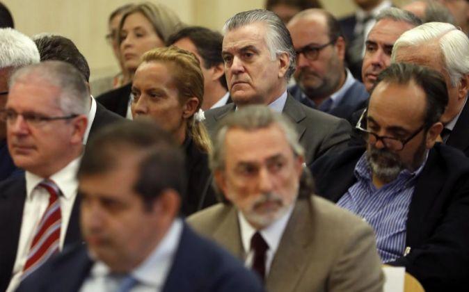 El ex tesorero del PP Luis Bárcenas (c, arriba), junto a Francisco...