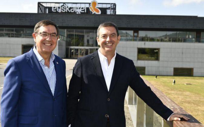 Alberto García Erauzkin (izquierda) y Francisco Arteche, presidente y...