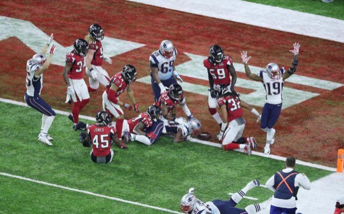 Los Patriots celebran la anotación que dio el título a los de Nueva...