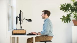 De formato horizontal, funciona como soporte del monitor y permite que...