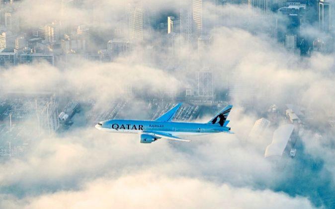 El avión de Qatar Airways sobrevuela Auckland, en Nueva Zelanda,...
