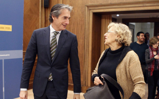 El ministro de Fomento, Íñigo Gómez de la Serna, junto a la...