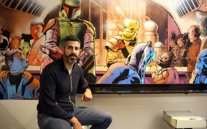 Julio Prada, junto a una pared con las imágenes de los...