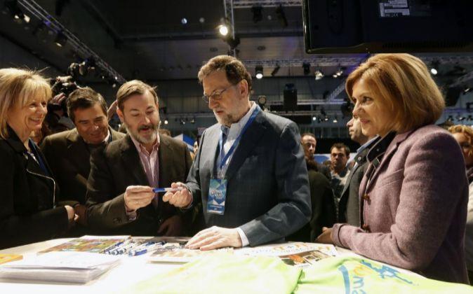 El presidente del Gobierno y líder del PP, Mariano Rajoy (2d), y la...