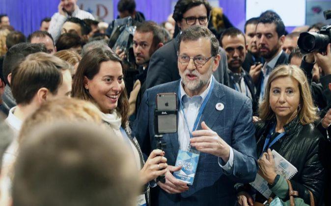 El presidente del Gobierno y líder del PP, Mariano Rajoy (c).