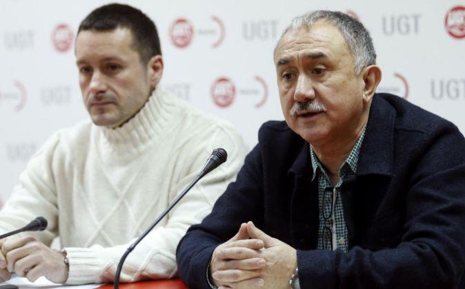 El secretario general de UGT, Pepe Álvarez (d) , y su homólogo en...
