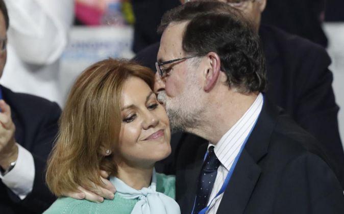 El presidente del PP, Mariano Rajoy, besa a la secretaria general del...